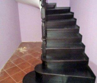 15-otdelka-monolitnoj-lestnicy-v-zagorodnom-dome-2